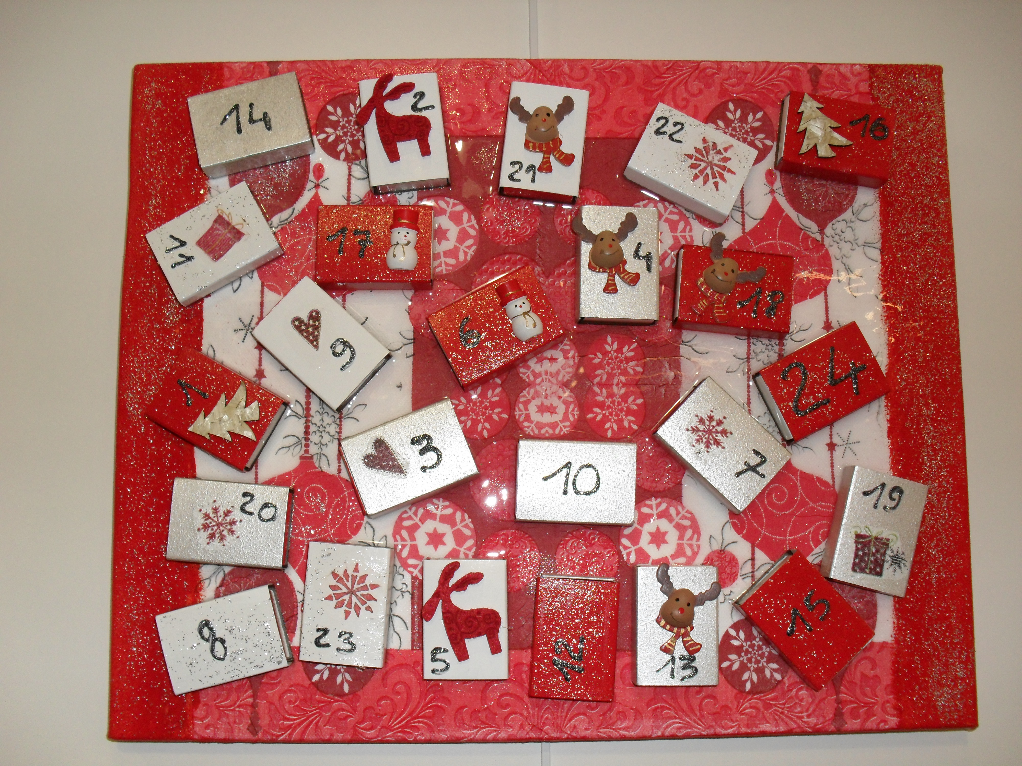 Calendario de Adviento hecho con cartulinas y otros materiales de papelería